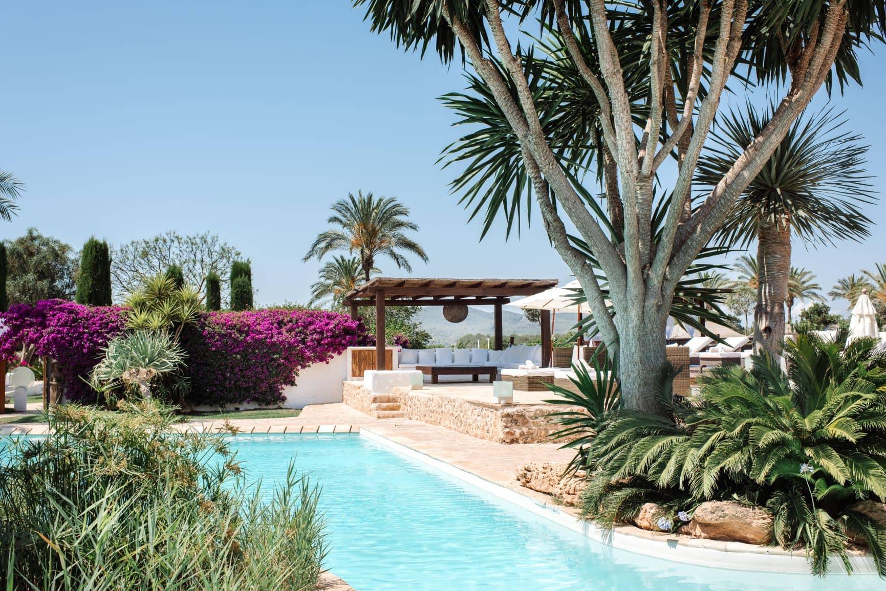 Pool-Landschaft im Atzaro Hotel Ibiza