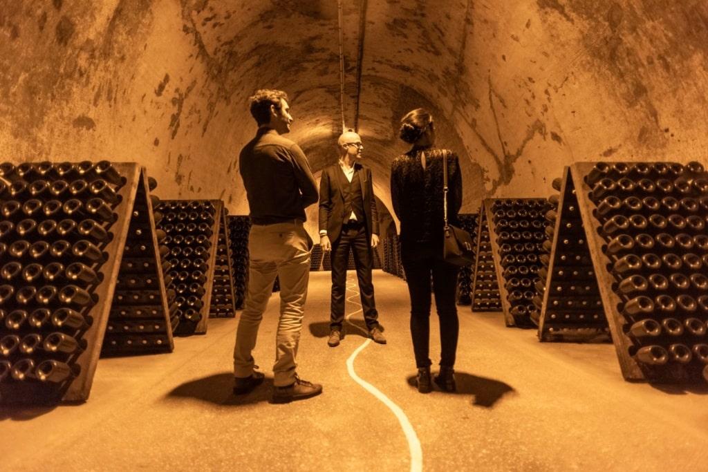 Besucher in einer Champagner-Kellerei in der Champagne