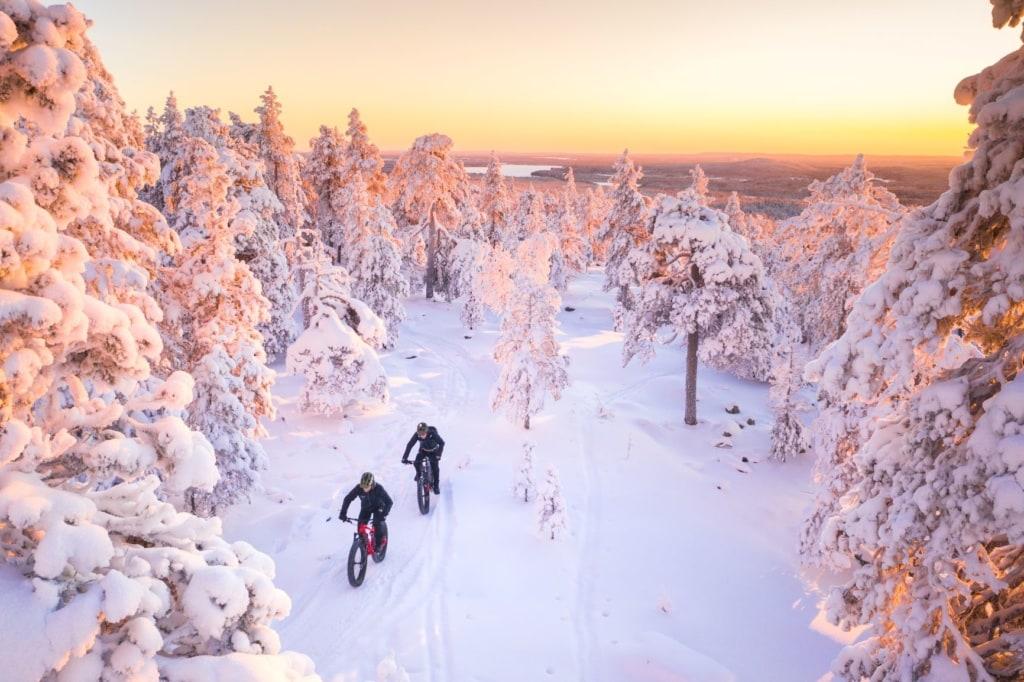 Mountainbiker im Schnee in Finnland