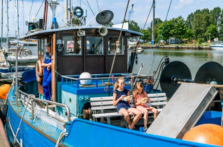 Leckere Fischbrötchen im Hafen von Karlshagen. Und den besten Platz auf dem Kutter. | TMV/Tiemann