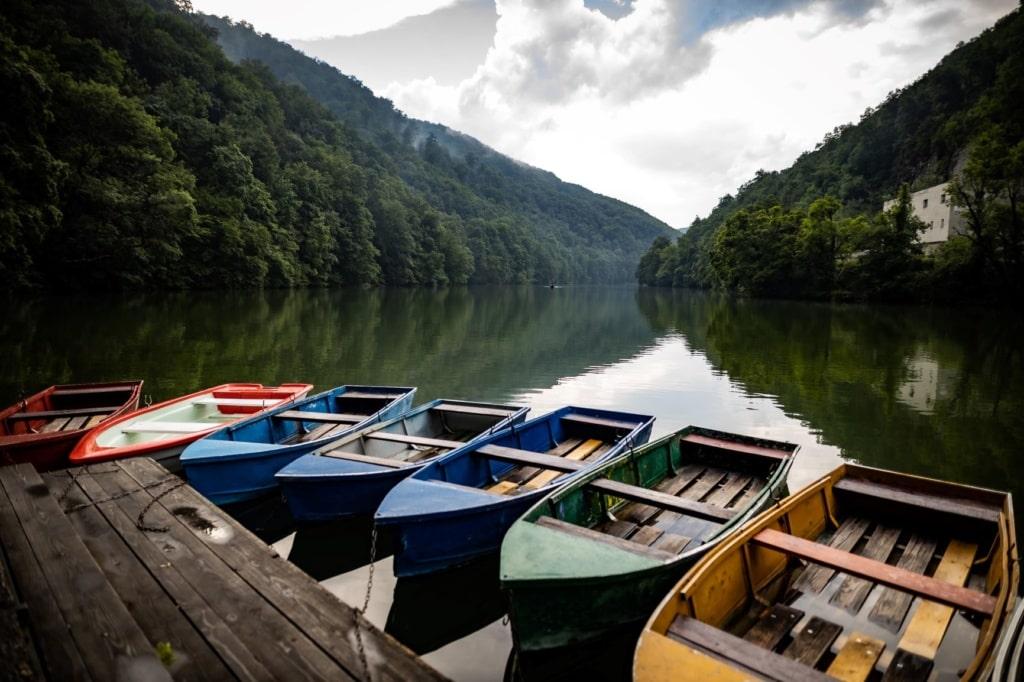 Boote auf dem Hamori-See in Lillafüred in Ungarn