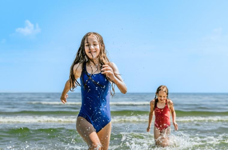 Sommerglück, wie es sein soll: Baden an den Usedomer Stränden gehört einfach dazu. | TMV/Tiemann