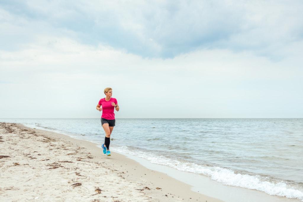 Manchmal in Schuhen, manchmal auch ganz gerne barfuß: Anne am Dierhäger Strand.   TMV/Tiemann