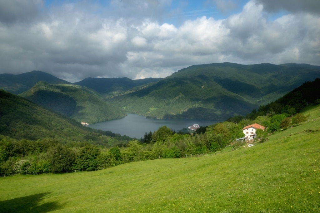 Mitten in den Wäldern von Navarra verstecken sich verwunschene Seen.