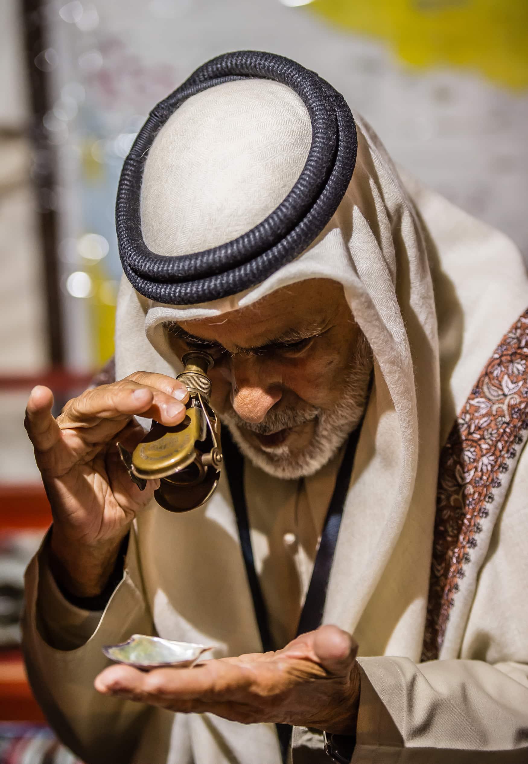 Perlenfischer begutachtet Perle in Abu Dhabi