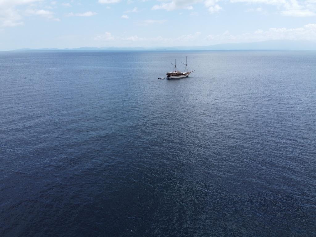 Das Segelboot Prana by Atzaro aus der Luft gesehen.