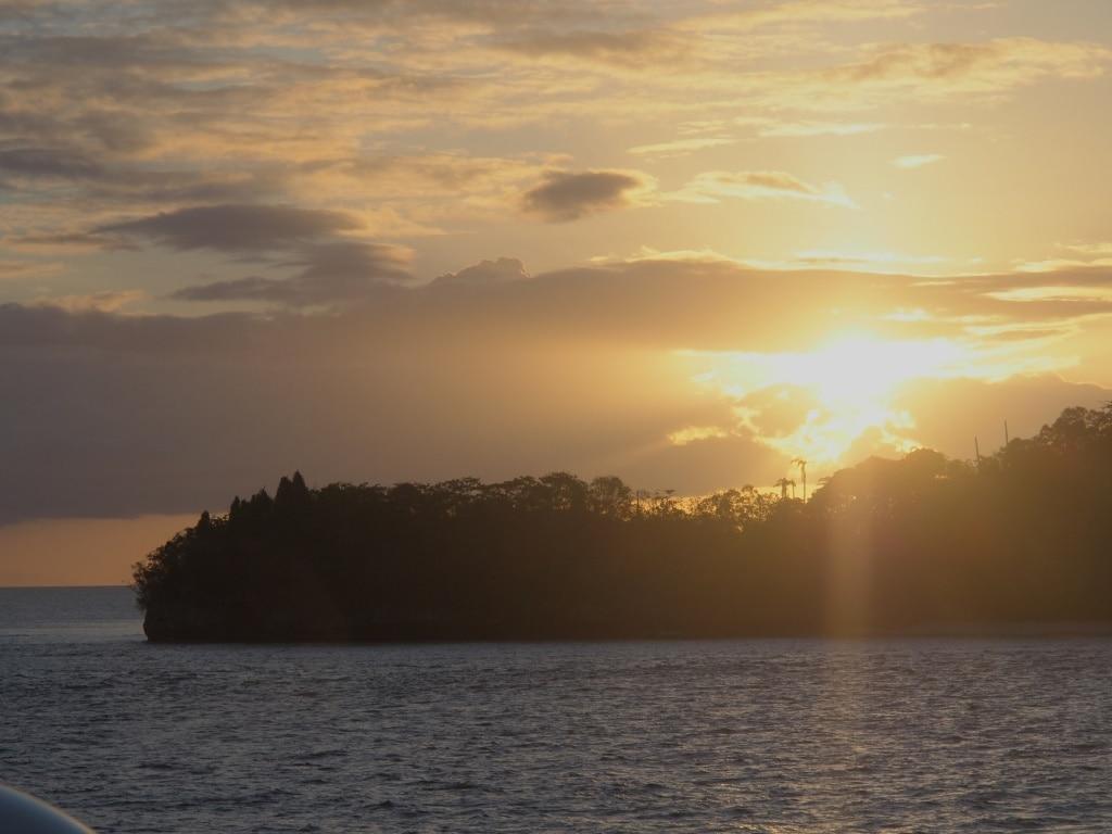 Sonnenuntergang hinter einer einsame Insel von Raja Ampat.