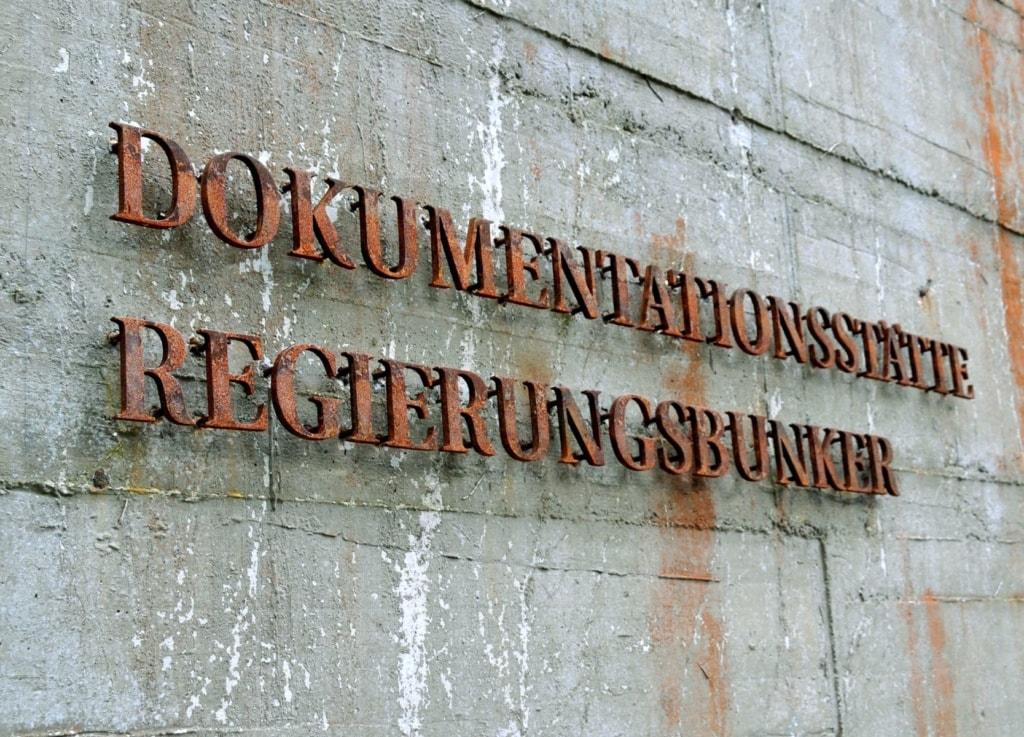 Splitterschutzwand am Dokumentationszentrum Regierungsbunker