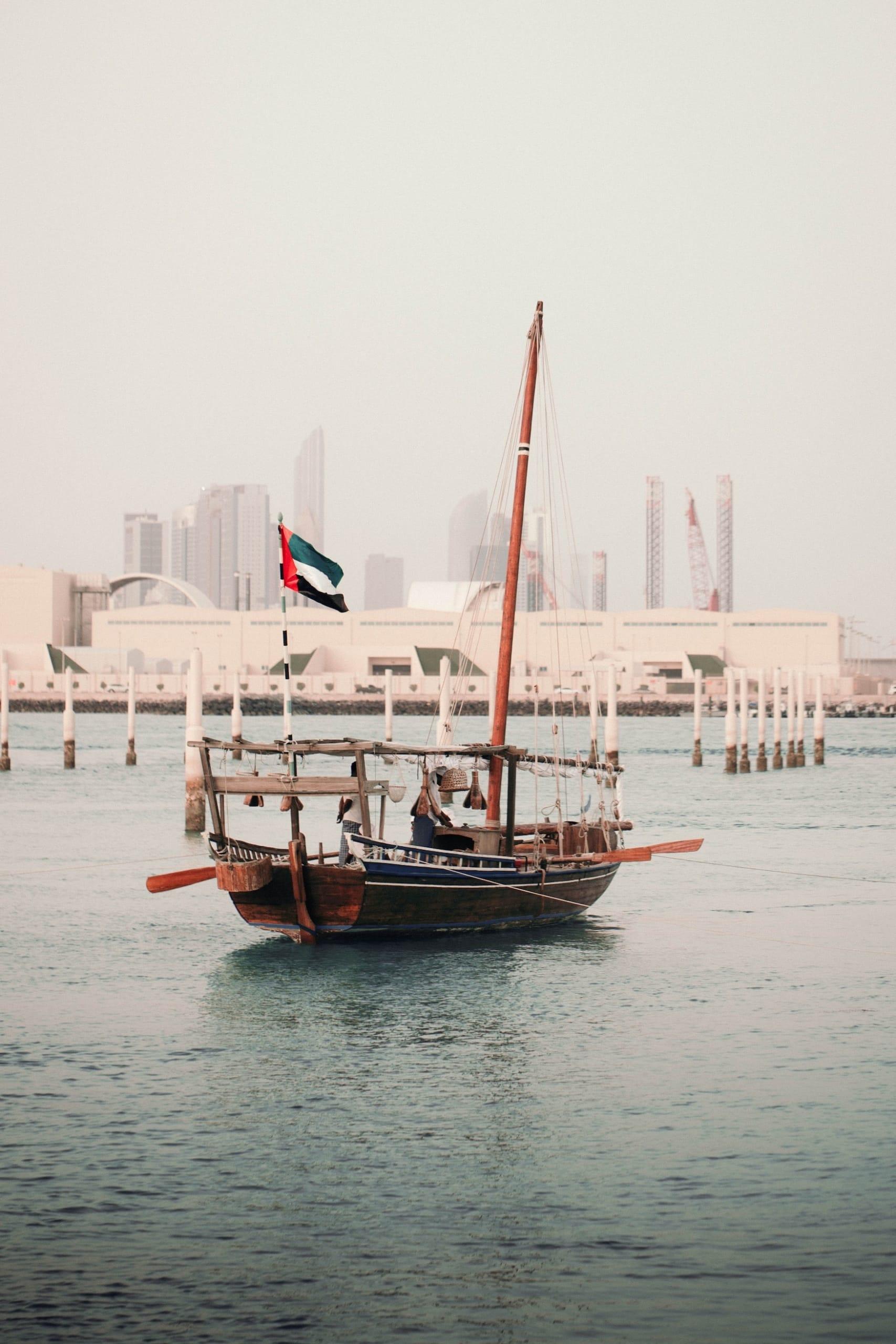 Traditionelle Dhau in Abu Dhabi, mit der die Fischer zum Perlfischen fahren