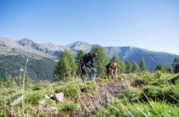 Wanderer an einem Bach im Ultental in Südtirol