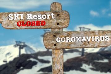 Wegweiser mit Informationen über die Schließung des Skigebiets durch das Coronavirus.