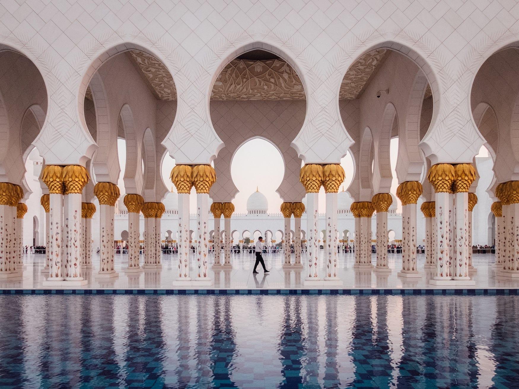 Mann spaziert durch glamouröse Moschee in Abu Dhabi