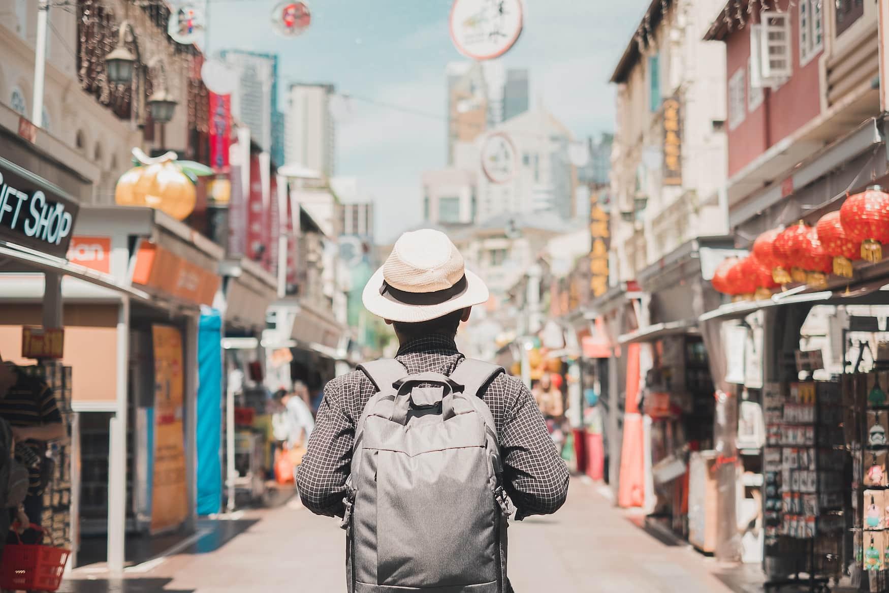Alleine reisen: Mann spaziert durch die Straßen von Chinatown in Singapur