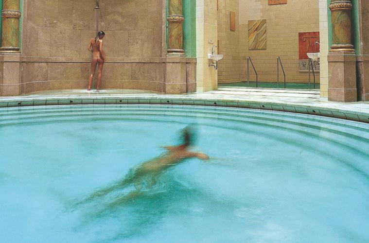 Menschen schwimmen im Friedrichstadt in Baden-Baden