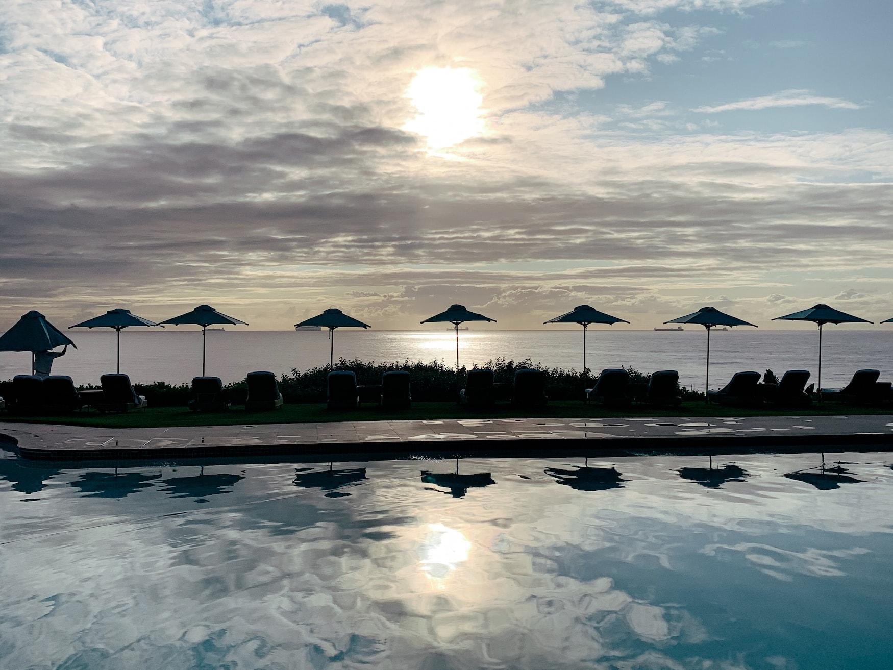 Pool des Beverly Hills Hotels in Südafrika mit Blick auf den Ozean