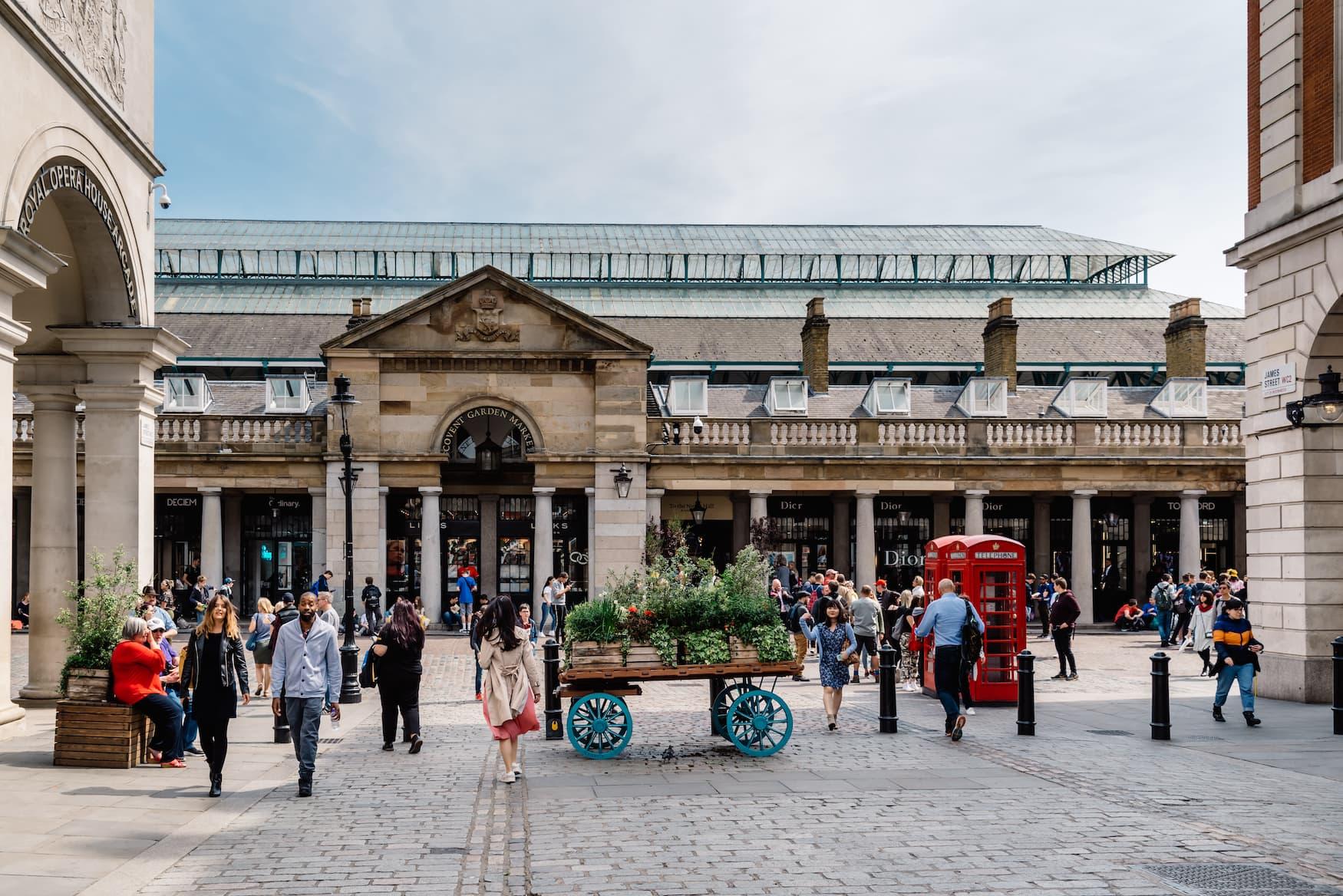 Menschen bummeln durch Covent Garden in am Wochenende in London