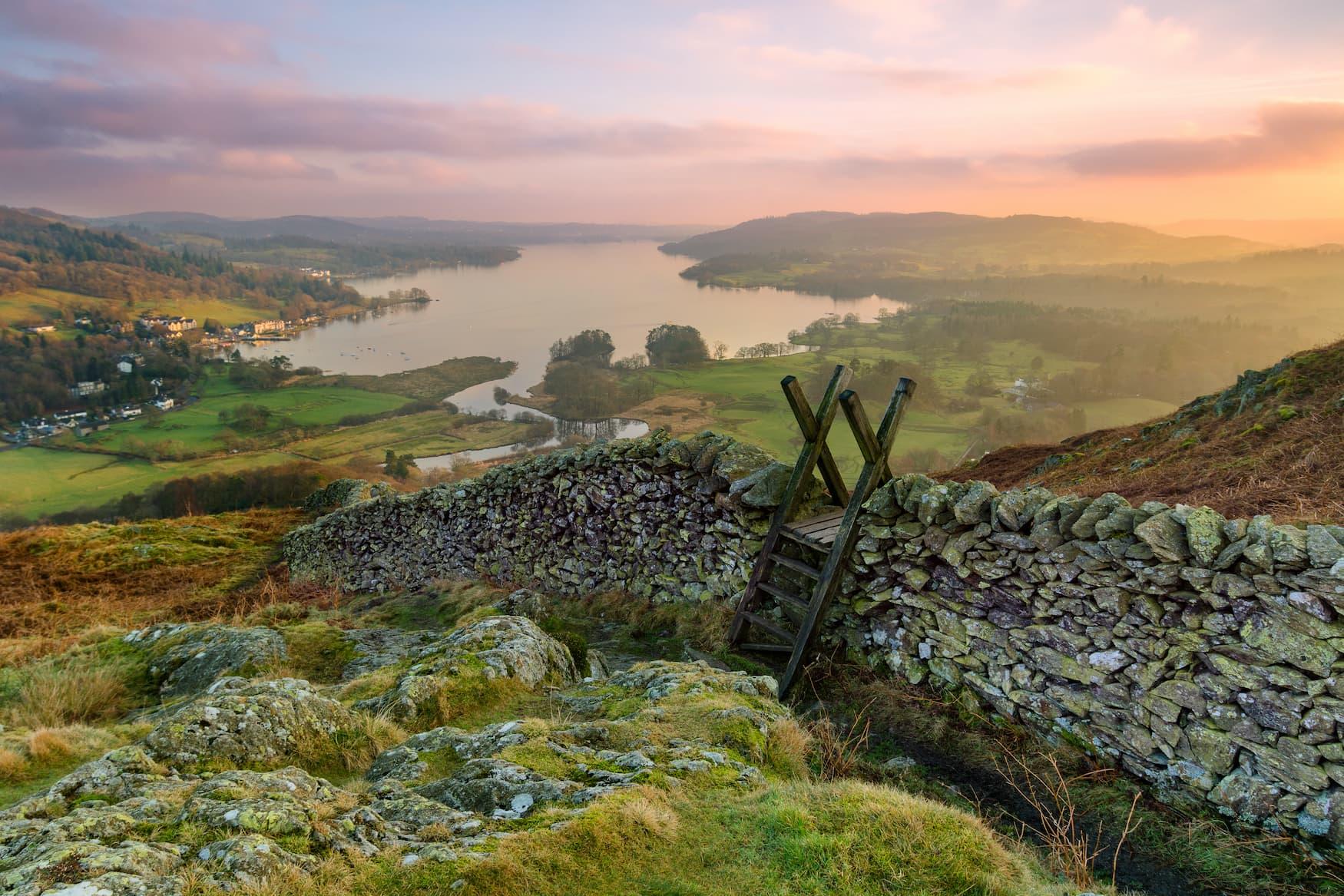 Blick auf Windermere im Lake District in der Grafschaft Cumbria an der englischen Küste