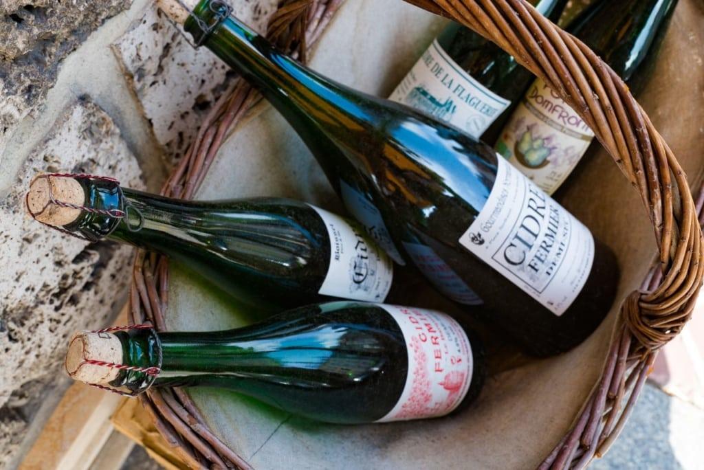 Flaschen Cidre in einem Korb