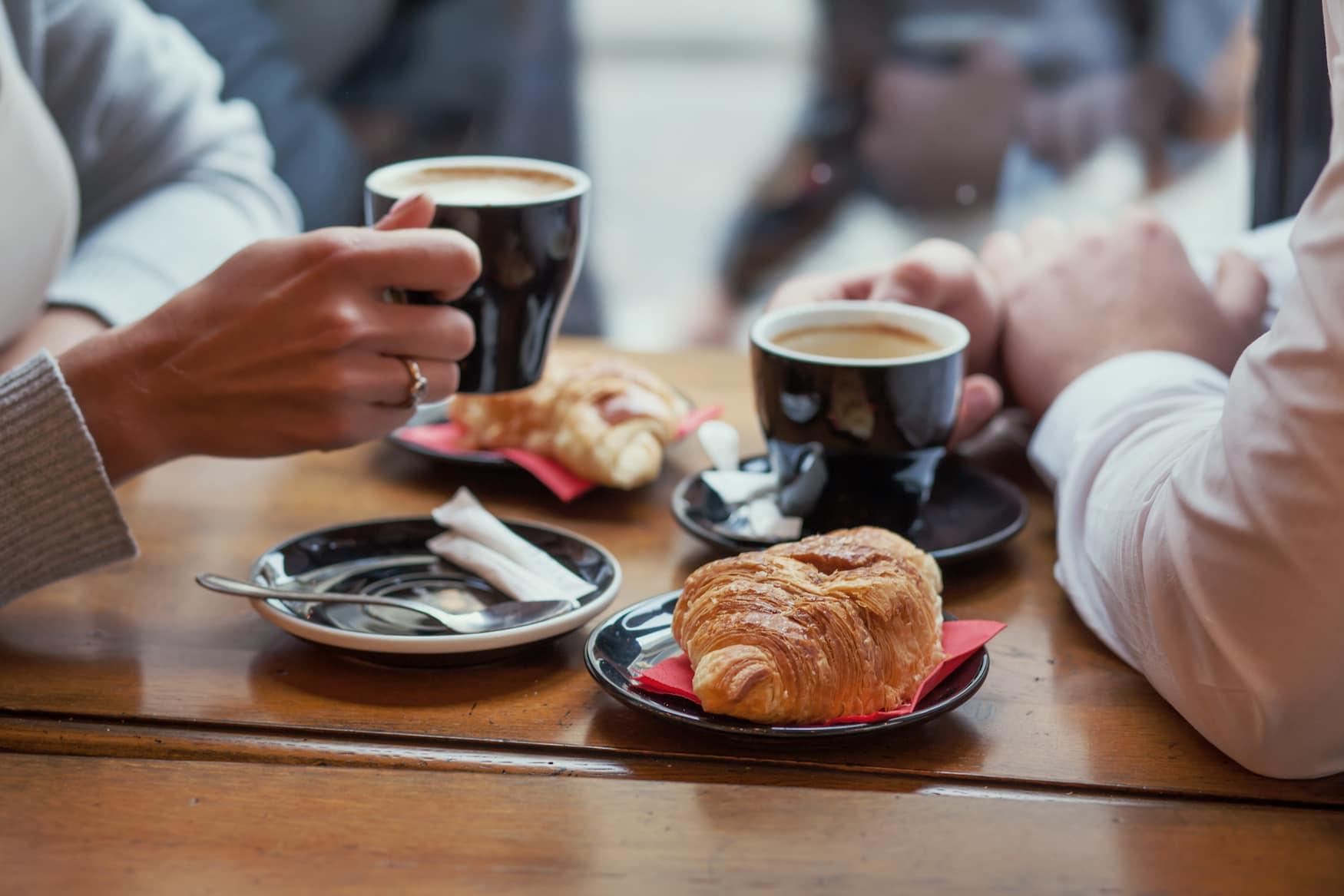 Französisches Frühstück mit Café au laut und Croissant
