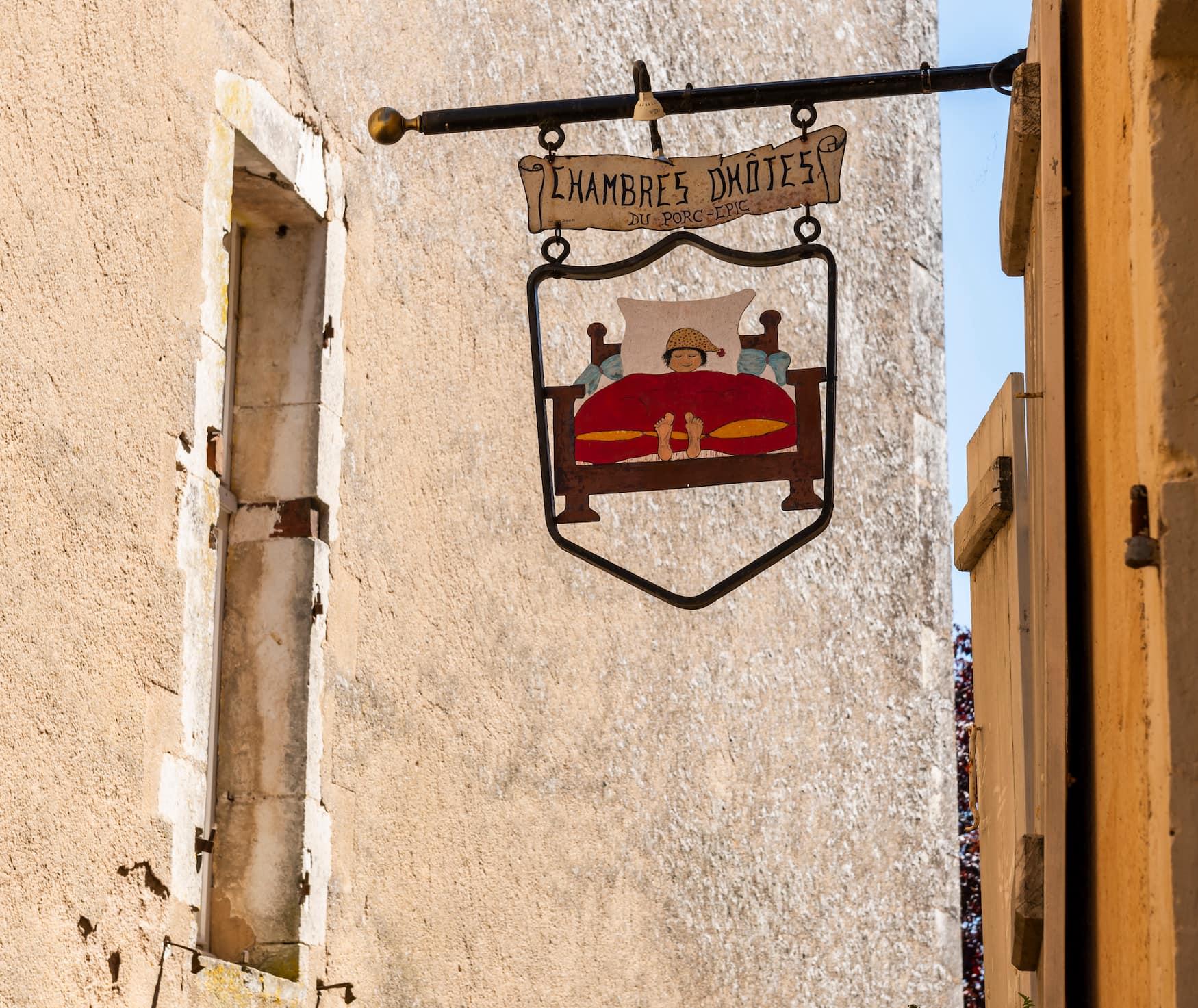 Schild eines Gasthauses in einem Dorf in Frankreich