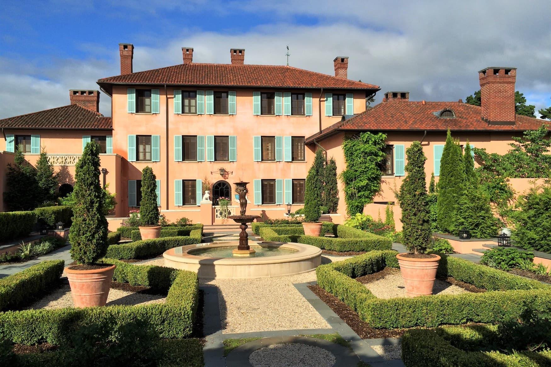 Außenfassade der Glenmere Mansion, einer Luxusunterkunft im Hudson Valley