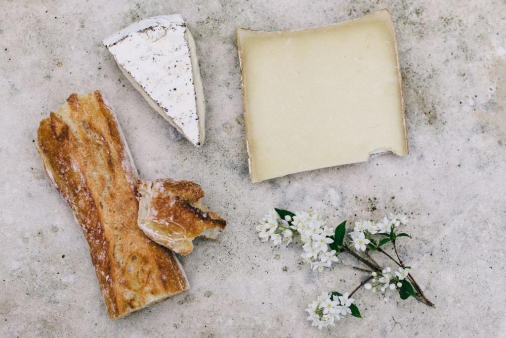 Käse und Baguette auf einem Tisch