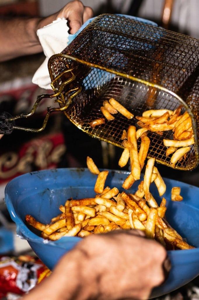 Pommes frites werden ausgeschüttet