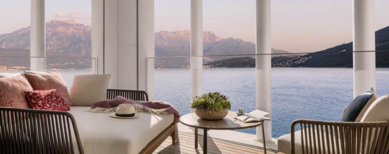 Aussicht aus Hotelzimmer in Montenegro bei Sonnenuntergang auf die Bucht von Kotor