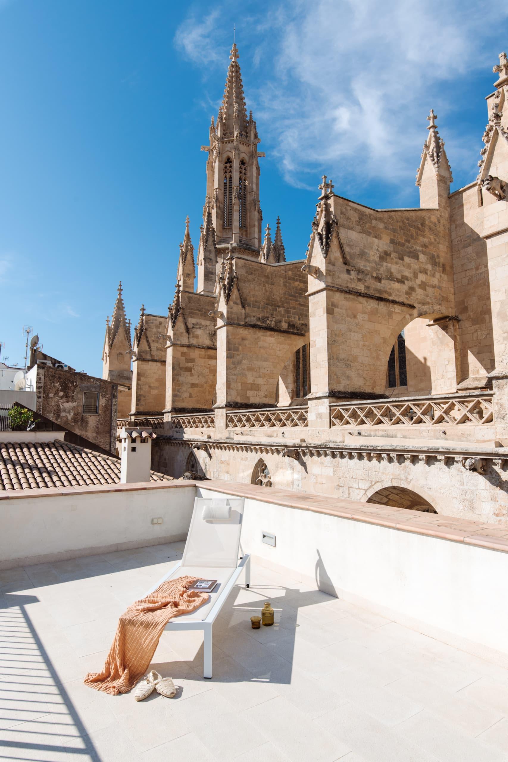 Terrasse mit Liegestuhl vor einer Kirche in Altstadt von Palma de Mallorca