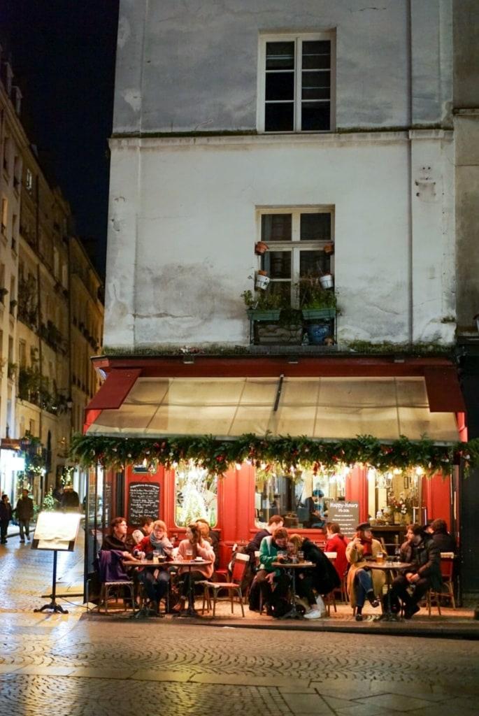 Eck-Restaurant in Paris mit Terrasse