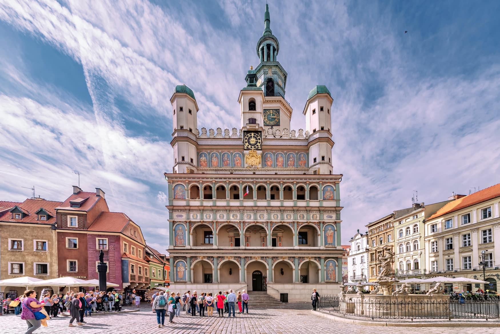 Glockenspiel vor dem Rathaus in Poznań in Polen