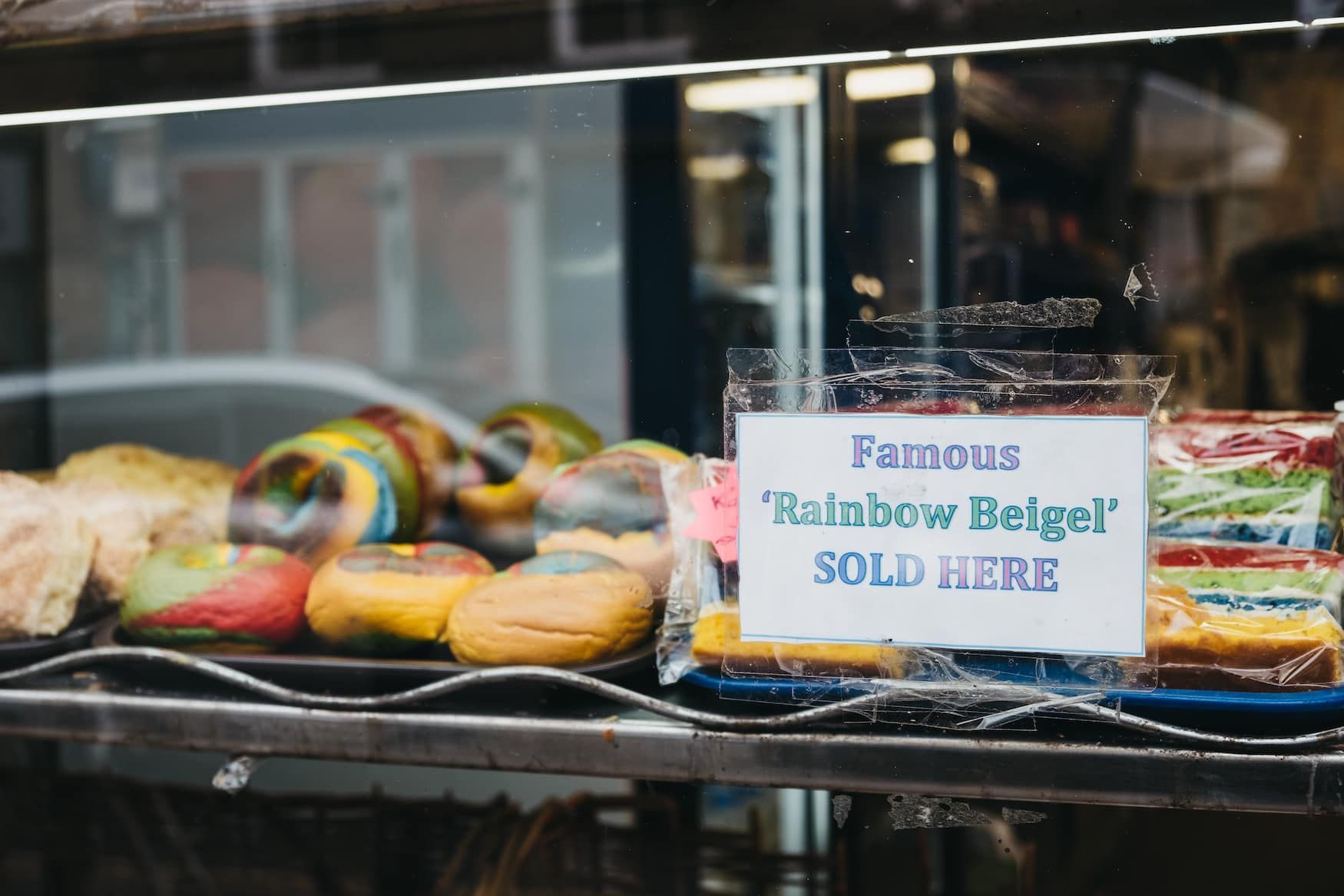 Rainbow Bagel liegen in Schaufenster im Beigel Shop auf der Brick Lane in Shoreditch