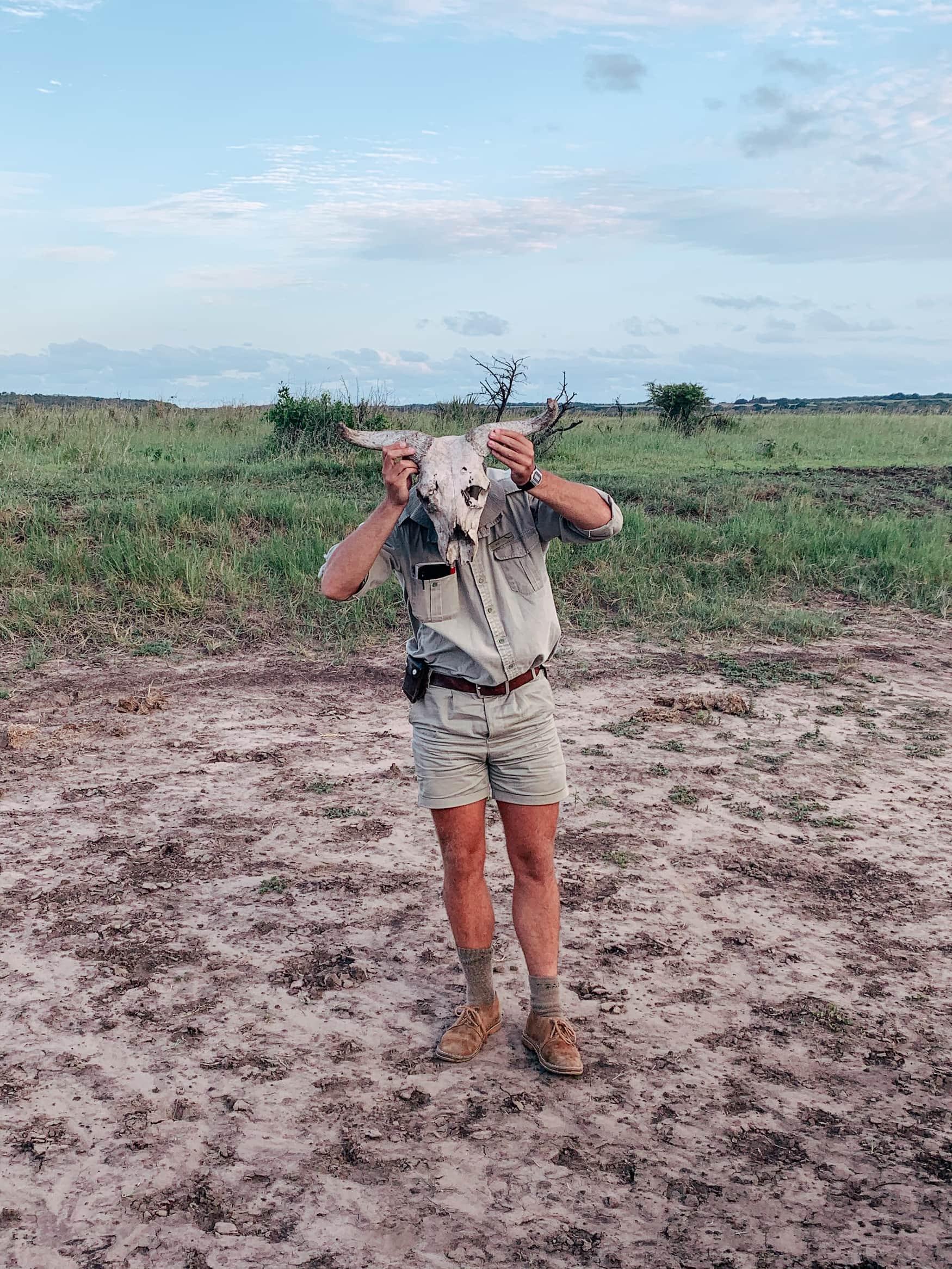 Ranger spielt mit Totenkopf während einer Safari im Phinda Private Game Reserve