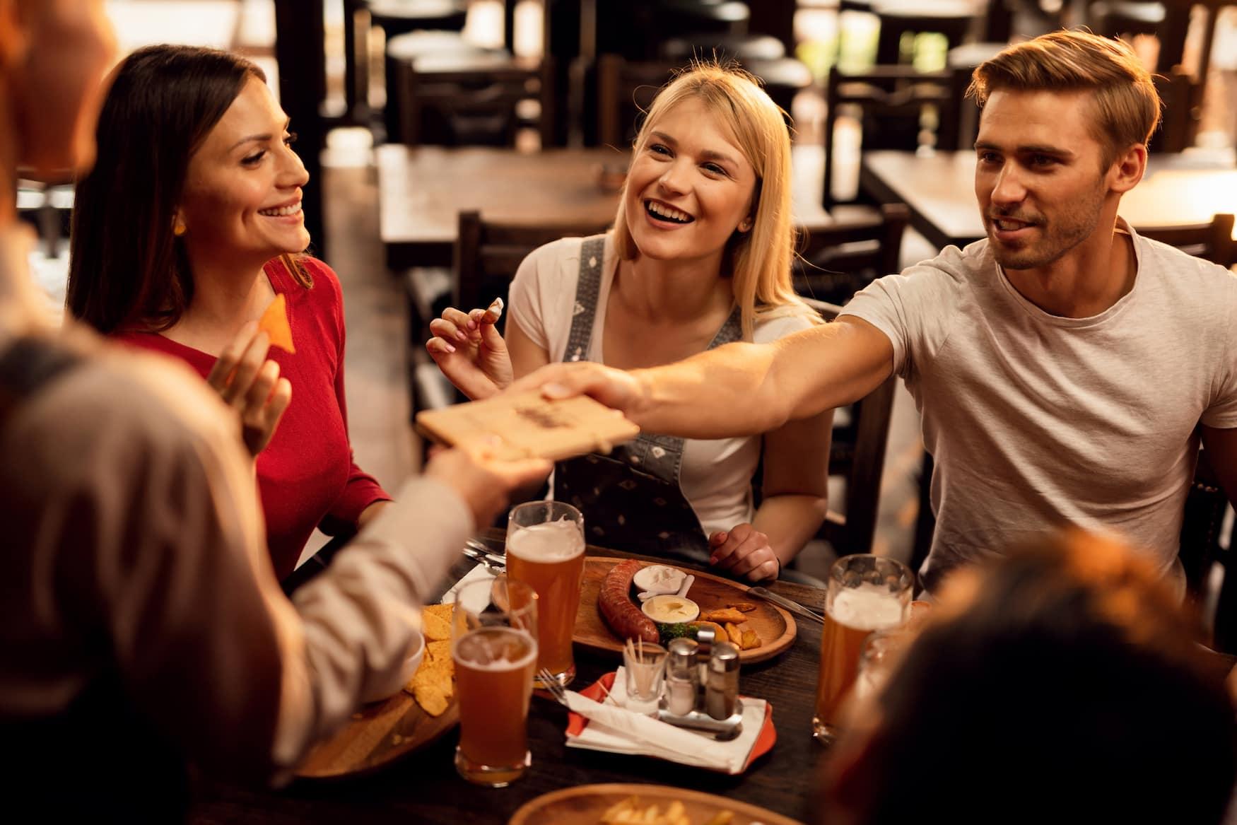 Freunde bezahlen in Restaurant in Frankreich