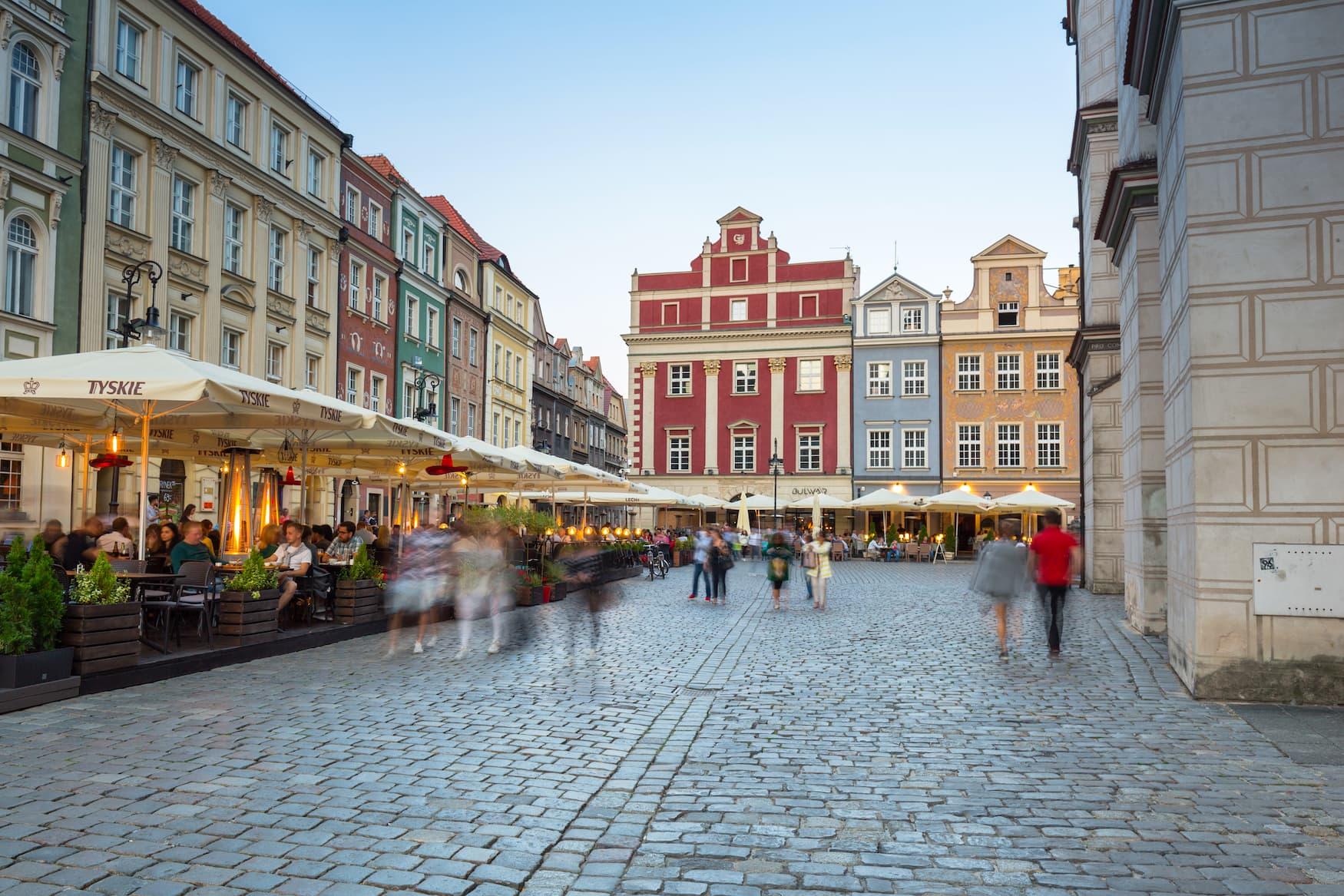 Cafés und Restaurants am Hauptplatz in Poznań, Polen