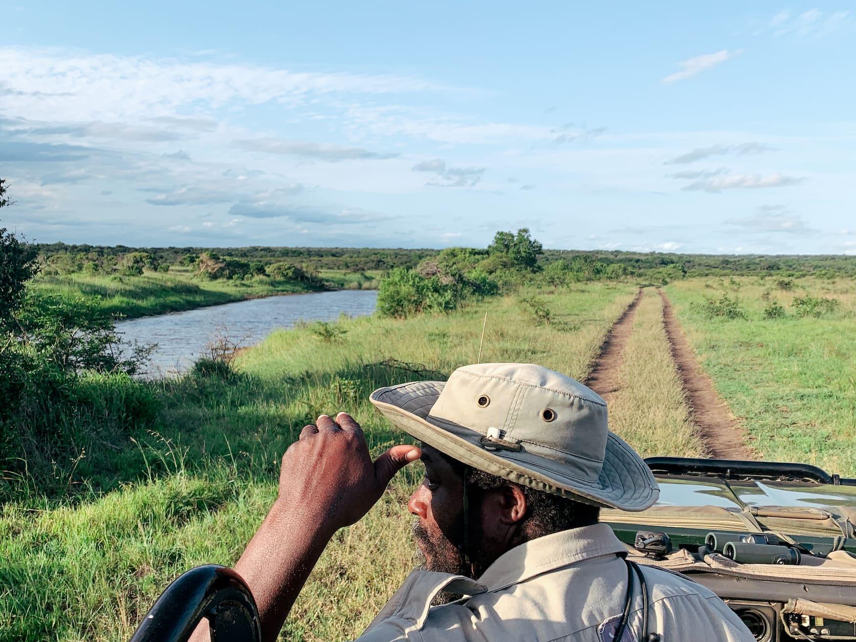 Ranger hält Ausschau nach den Big Five auf Safari in Südafrika