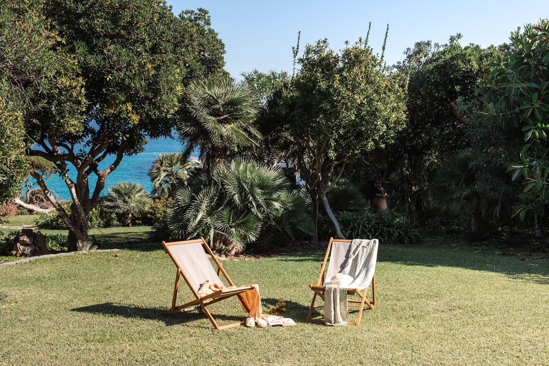 Liegestühle in mallorquinischen Garten