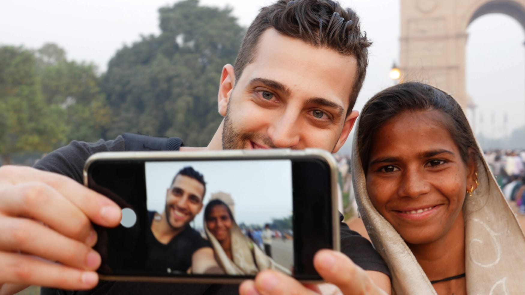 Alleine reisen und mit Locals in Kontakt kommen. So wie dieser Mann, der ein Selfie mit einer Inderin macht