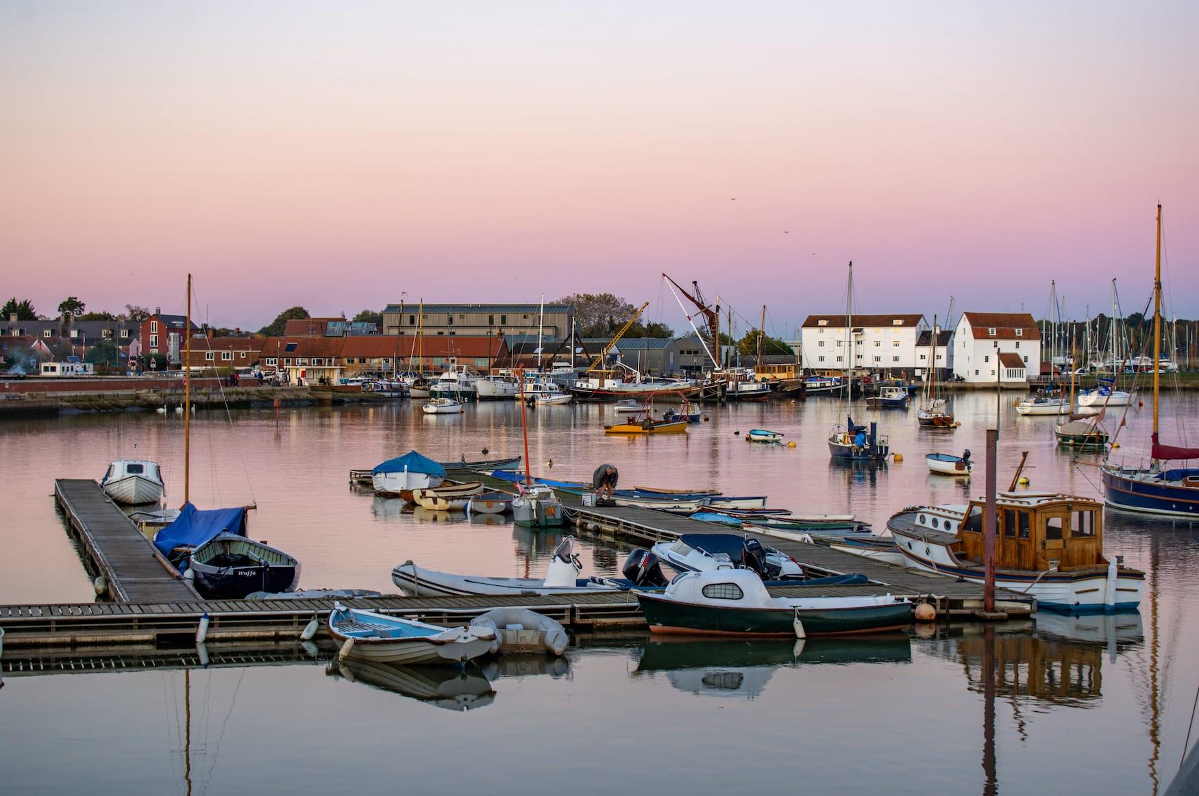 An der Küste in England: Woodbridge in Suffolk bei Sonnenuntergang