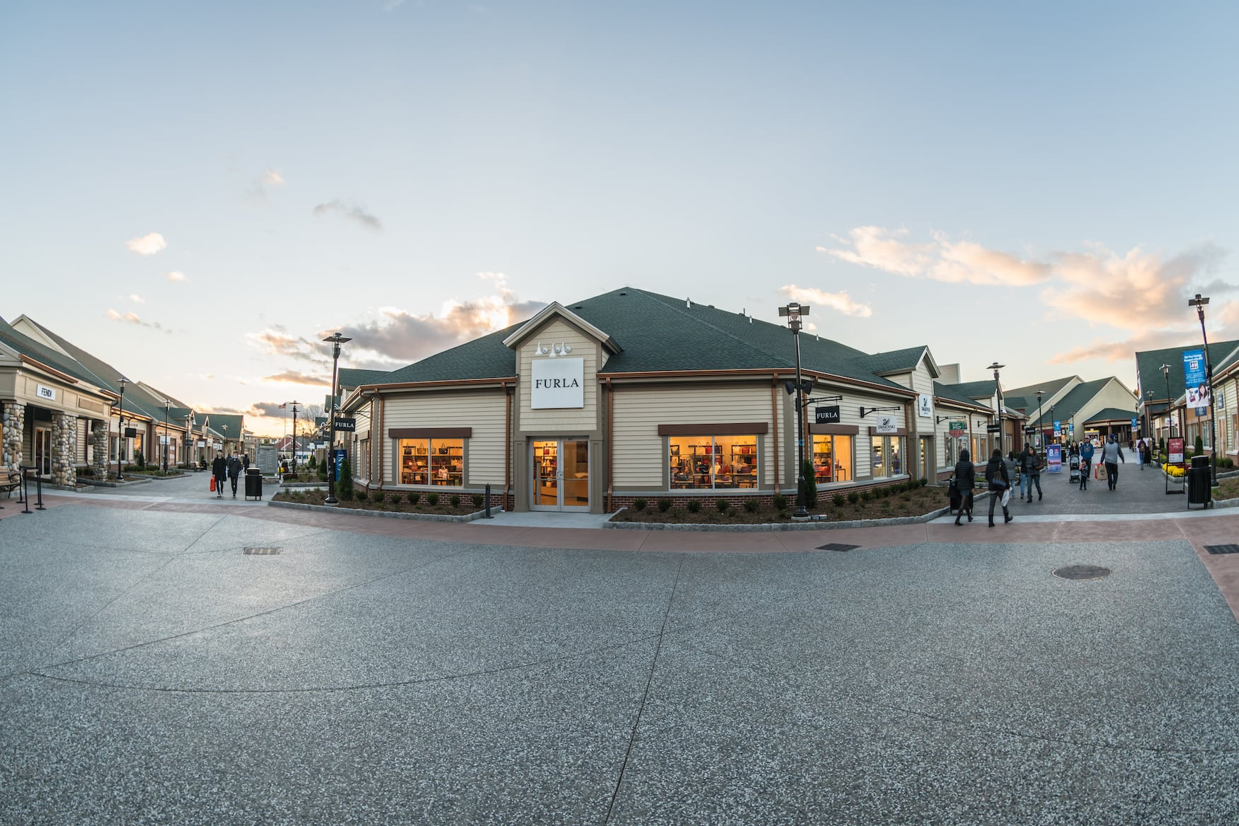 Woodbury Common Premium Outlet: Luxusmarken-Stores wie Fula, Prada etc