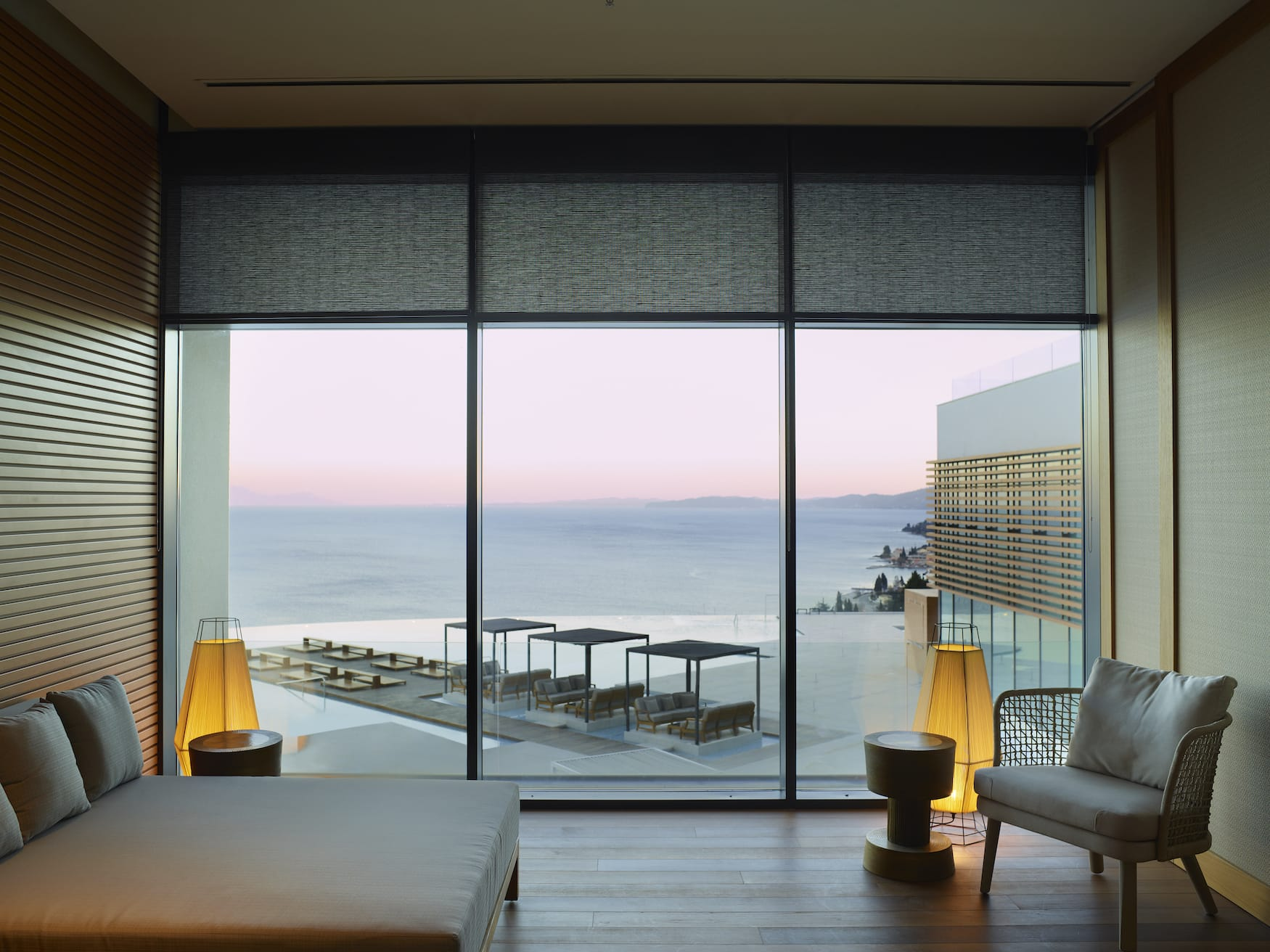 Luxuriöses Hotelzimmer des Angsana Corfu Resort & Spa mit Blick auf den Sonnenuntergang überm Horizont