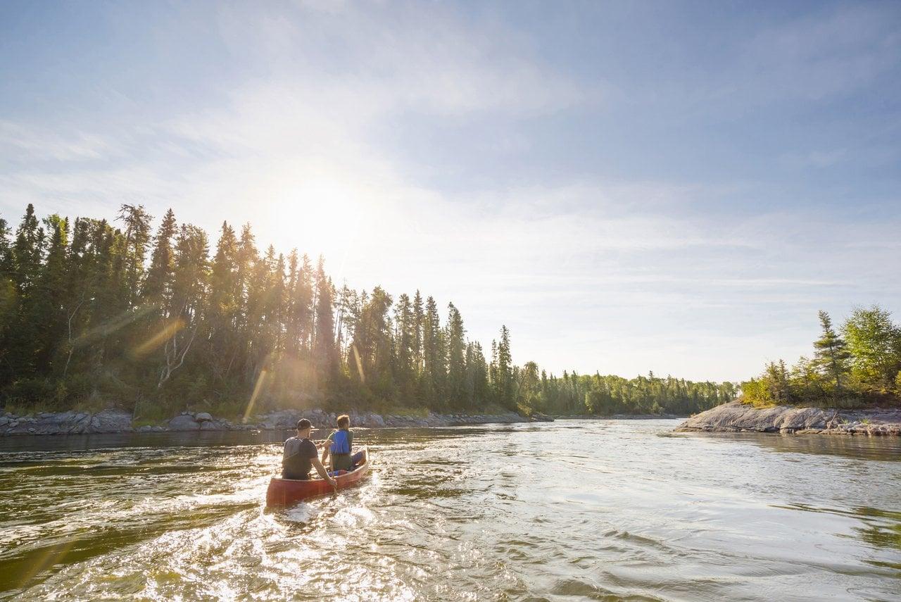 Kanutour an einem sonnigen Tag auf dem Churchill River