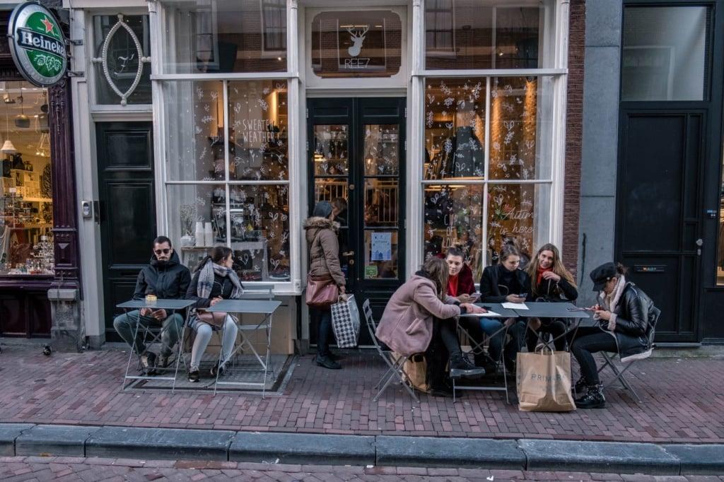 Straßencafe im Amsterdamer Viertel de Negen Straatjes