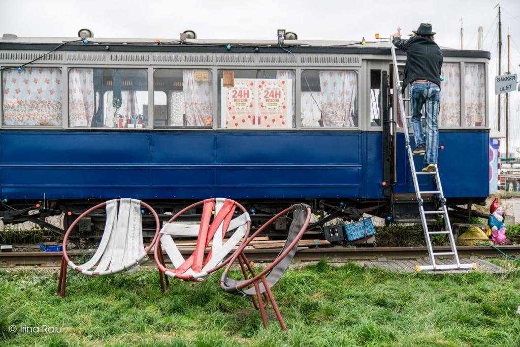 Künstler mit ausrangierten Waggon in Amsterdam-Noord-Werft