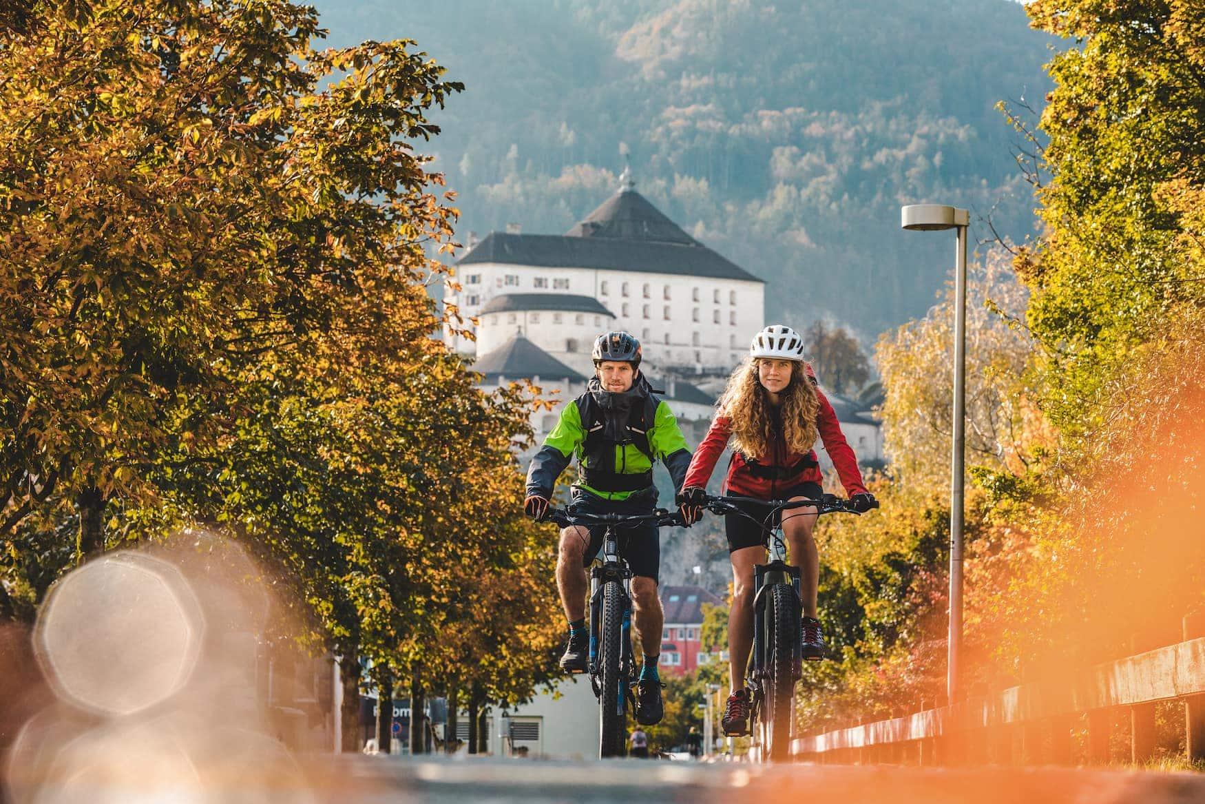Fahrradfahrer vor mittelalterlichen Kulisse in Kufstein
