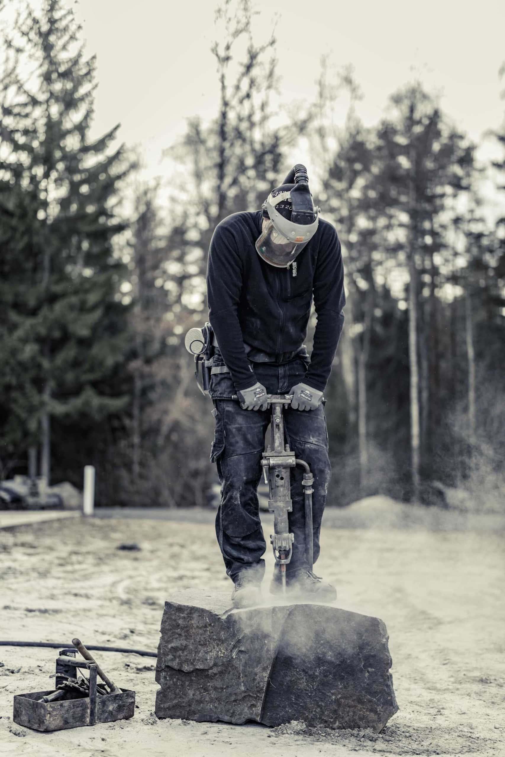 Andreas Kullaro stellt im südschwedischen Skane Möbel aus Granit her