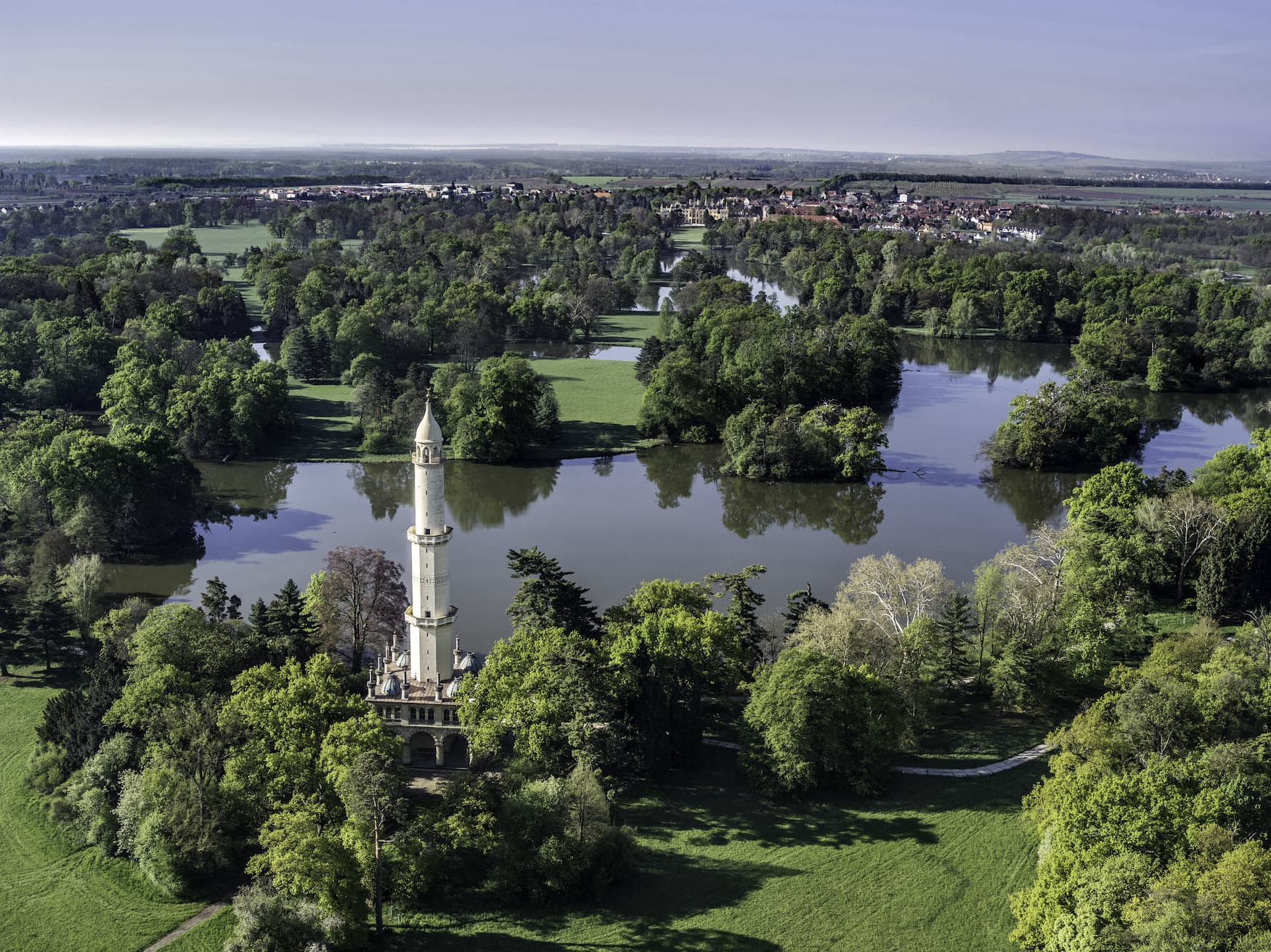 Schlossgarten in Lednice mit Minarett und Seen