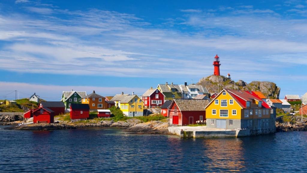 Blick auf Häuser auf der Insel Ona in Norwegen