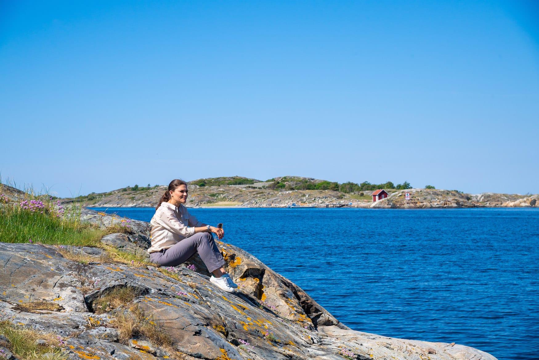 Kronprinzessin Victoria von Schweden sitzt an Seeufer und blickt über schwedische Landschaft