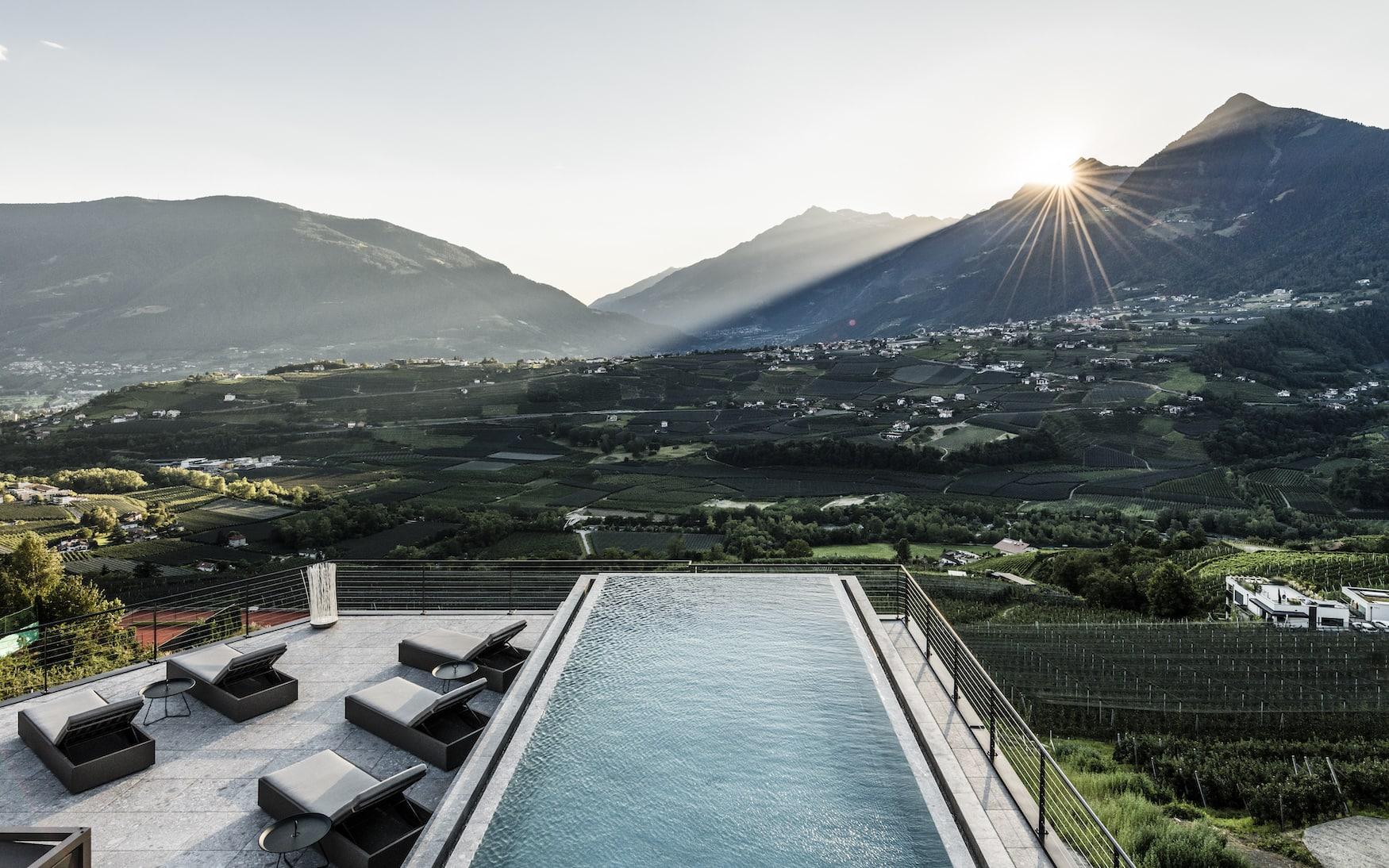Pool schmiegt sich in die grünen Landschaften von Schenna bei Meran in Südtirol